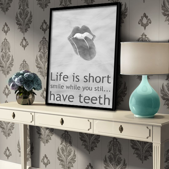 plakat hasło Life is short smile while you stil