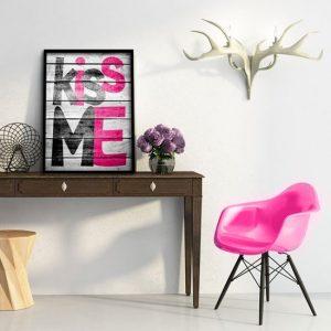 plakat z napisem Kiss Me