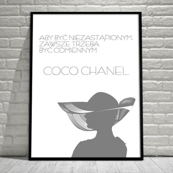 plakat z sentencją Coco Chanel