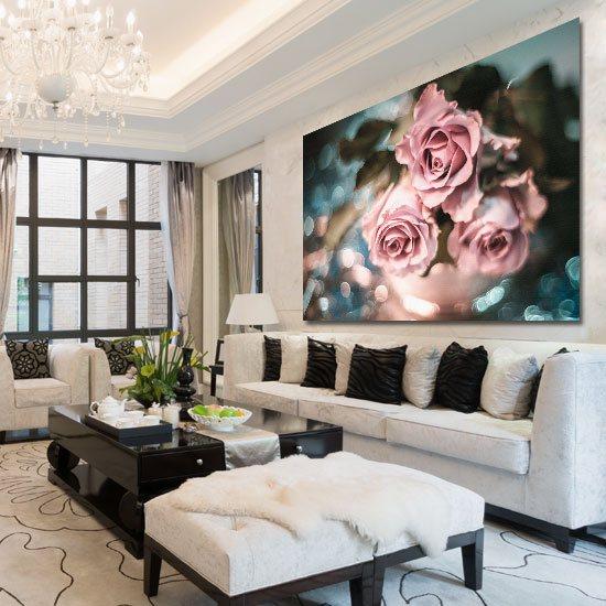 trzy róże w salonie