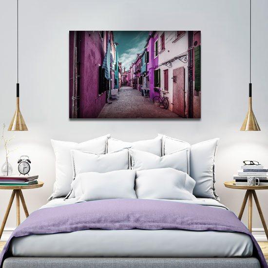 różowy obraz z domkami