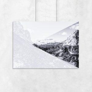 biało-czarne góry na plakacie