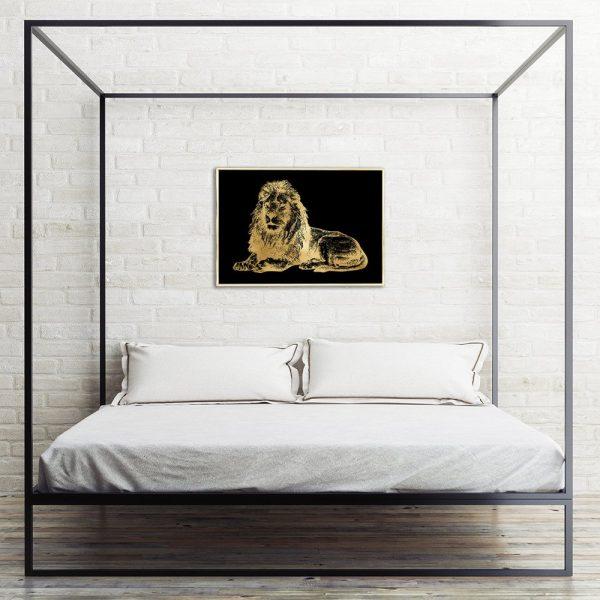złoty lew na czarnym plakacie