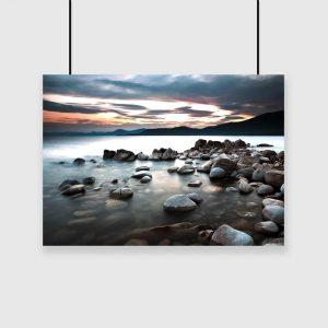 Plakat z kamieniami w jeziorze