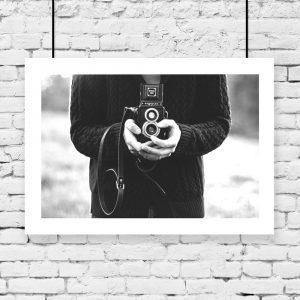 Plakat czarno-biały w białej ramie