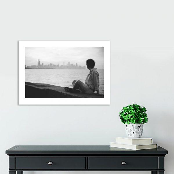 Plakat mężczyzna na murze i wybrzeże