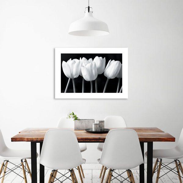 Czarno-biały plakat z tulipanami