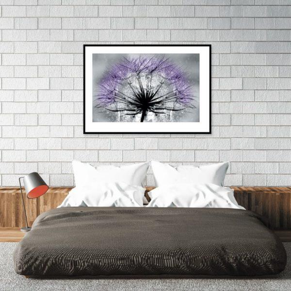 plakat z fioletowym dmuchawcem nad łózko