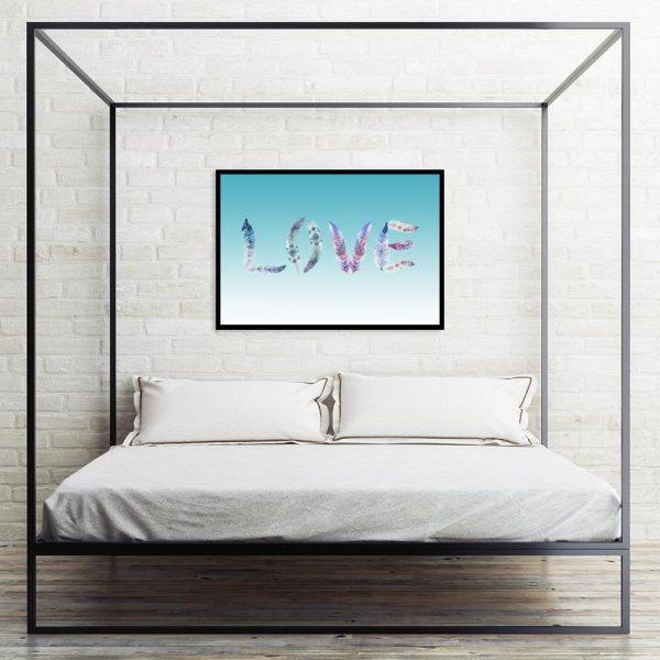 plakat napis love w sypialni