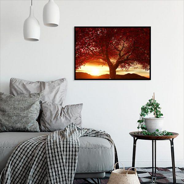 plakat z czerwonym drzewem w salonie